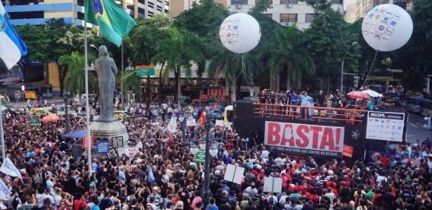 3.fev.2016 - Servidores públicos protestam em frente à Assembleia Legislativa do Rio