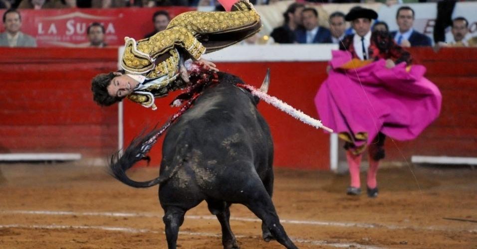 6.fev.2016 - Toureiro francês Sebastián Castella é atingido durante o aniversário da Monumental Plaza de Toros do México, Apesar de ferido, ele voltou a tourada após o atendimento médico