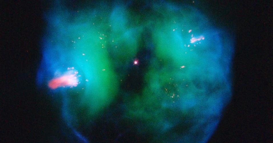 Foto mostra nebulosa planetária conhecida como NGC 2371. Nebulosas planetárias são criadas quando uma estrela que está quase morrendo joga fora suas camadas exteriores de gás no espaço. Esta nuvem forma um escudo de expansão em torno da estrela central, enquanto que a própria estrela lentamente esfria para se tornar uma anã branca