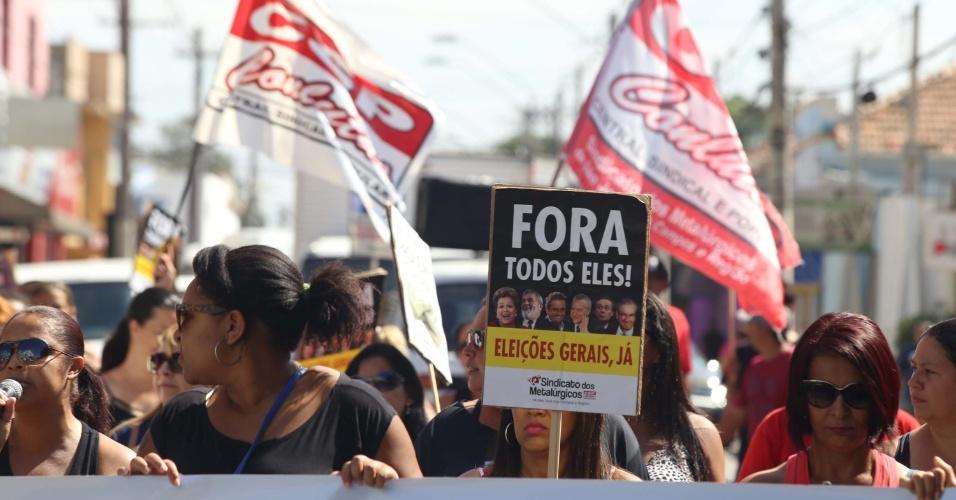 6.abr.2016 -  Ex-funcionárias da Sun Tech/LG pedem o fim do governo Dilma e de políticos da oposição durante protesto em frente ao Ministério do Trabalho de São José dos Campos (SP), para pressionar o poder público a liberar o pagamento do seguro-desemprego. As 320 metalúrgicas demitidas da Sun Tech aguardam o recebimento do seguro desde que a empresa anunciou o fechamento, em dezembro do ano passado