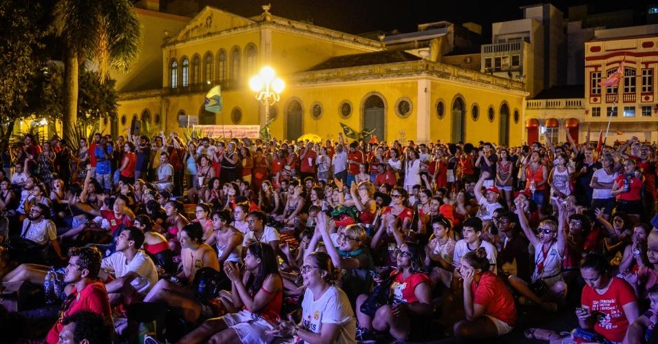 17.abr.2016 - Manifestantes contra o impeachment da presidente Dilma Rousseff reunidos no Largo da Alfândega, no centro de Florianópolis (SC), acompanham a votação do processo na Câmara por um telão