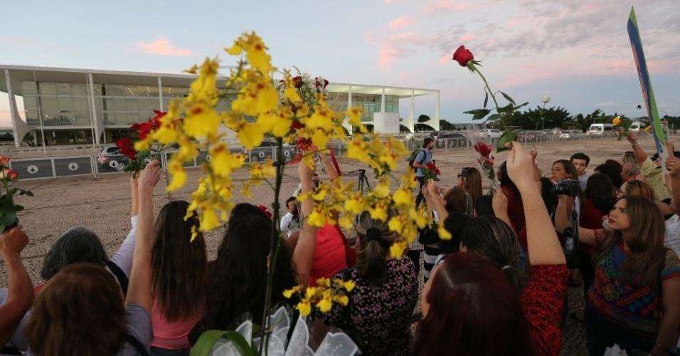 19.abr.2016 - Mulheres levam flores ao Palácio do Planalto em protesto pró-Dilma Rousseff, dois dias após a aprovação do impeachment da presidente na Câmara dos Deputados