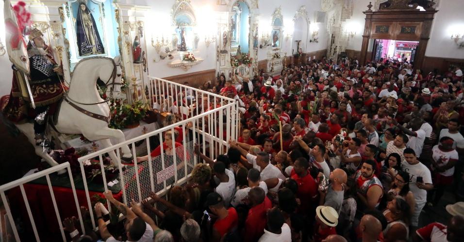 23.abr.2016 - Fiéis lotam a Igreja São Gonçalo Garcia e São Jorge, na praça da República, centro do Rio de Janeiro, durante as celebrações do Dia de São Jorge, conhecido como o Santo Guerreiro