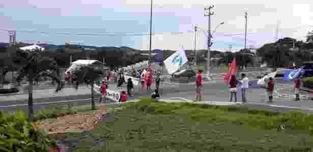 Protesto de motoristas impede entrada na UFRN, às margens da BR-101, em Natal - Acontece no RN/Twitter - Acontece no RN/Twitter