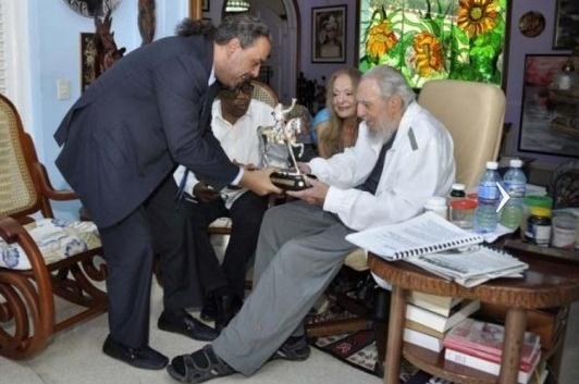 10.mai.2016- Em imagem de segunda-feira (9) divulgada hoje, o líder cubano Fidel Castro recebe presente do xeque do Kuait Ahmad Al-Fahad Al-Sabah (esq.), presidente da Associação de Comitês Olímpicos Nacionais (Anoc), em Havana, Cuba