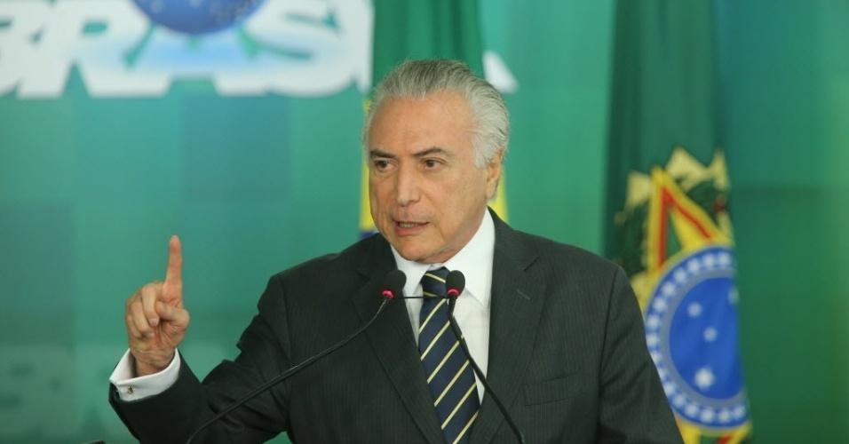 29.jun.2016 - O presidente interino, Michel Temer (PMDB), anuncia liberação de recursos para educação básica e superior e para o Bolsa Família no Palácio do Planalto, em Brasília