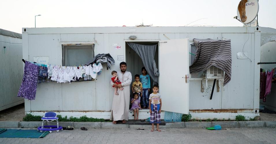 4.jul.2016 - O refugiado sírio Ahmet Ilevi, 35, posa para foto em frente ao contêiner onde vive com a sua mulher e seus cinco filhos, no campo de refugiados na província de Sanliurfa, na Turquia. Ele era policial em Homs antes de ter que fugir da Síria. Ilevi celebra o mês sagrado do Ramadã do campo de refugiados desde 2013, quando chegou ao local. No Ramadã, os mulçumanos se abstêm de comer e beber enquanto há luz do dia. O jejum é quebrado durante o pôr do sol, com o iftar