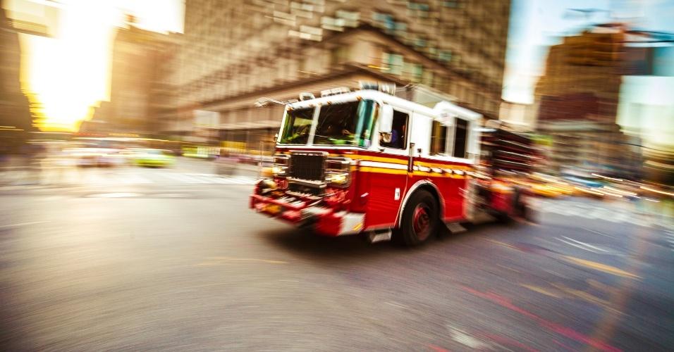 Bombeiros atuam para apagar fogo em metrópole norte-americana