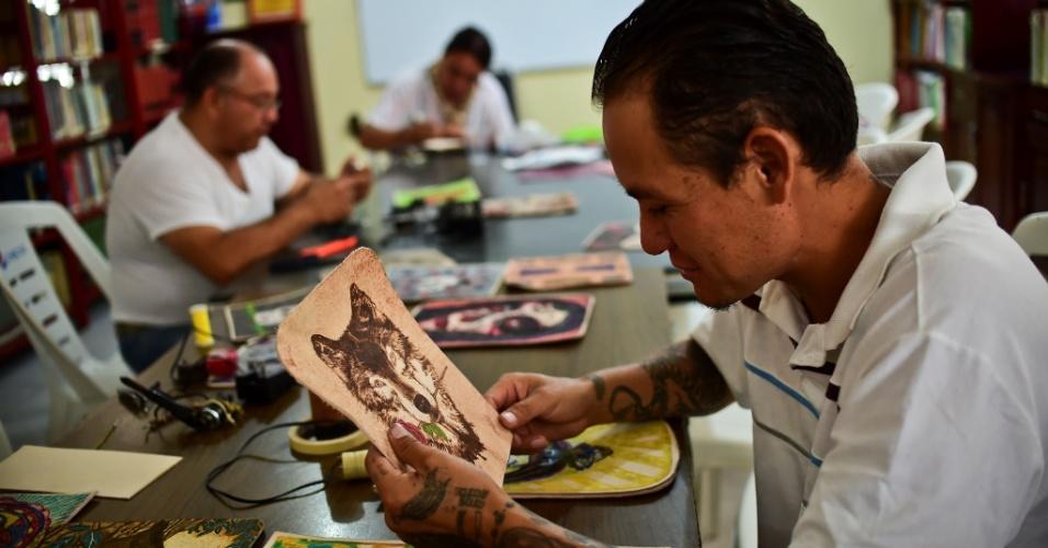 29.jul.2016 - Presidiários usam arte para criar produtos na cadeia de Tulacingo, Estado de Hidalgo, no México