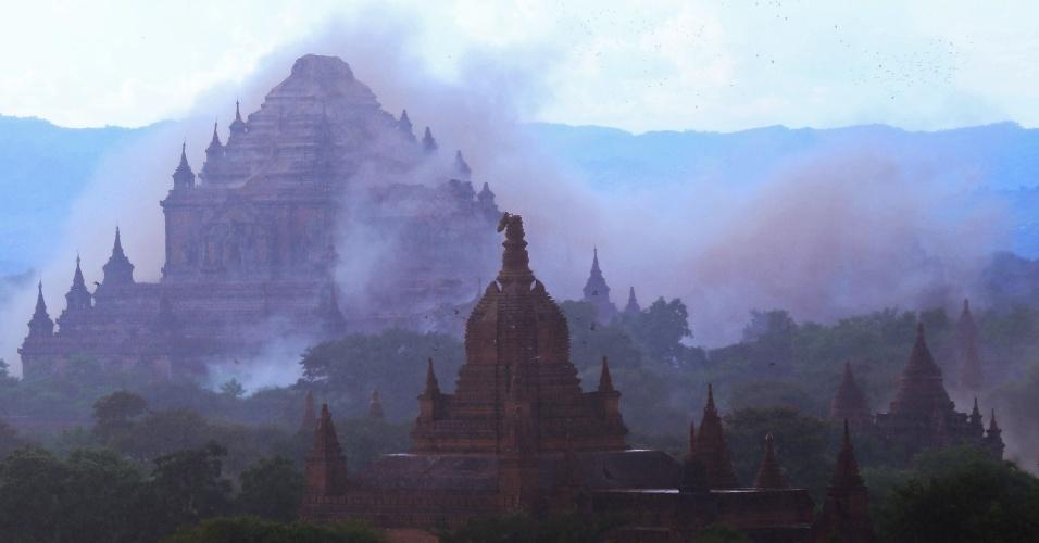 25.ago.2016 - Poeira sobe no templo Sulamani, localizado no sítio arqueológico de Bagan, em Mianmar, por causa de terremoto que atingiu o país. O tremor de magnitude 6,8 na escala Richter danificou quase cem templos centenários da região