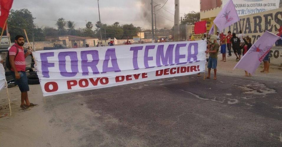 30.ago.2016 - Integrantes do Movimento dos Trabalhadores Sem Teto (MTST) bloqueiam estrada de Fortaleza (CE), em protesto contra o governo interino de Michel Temer e contra cortes em programas sociais