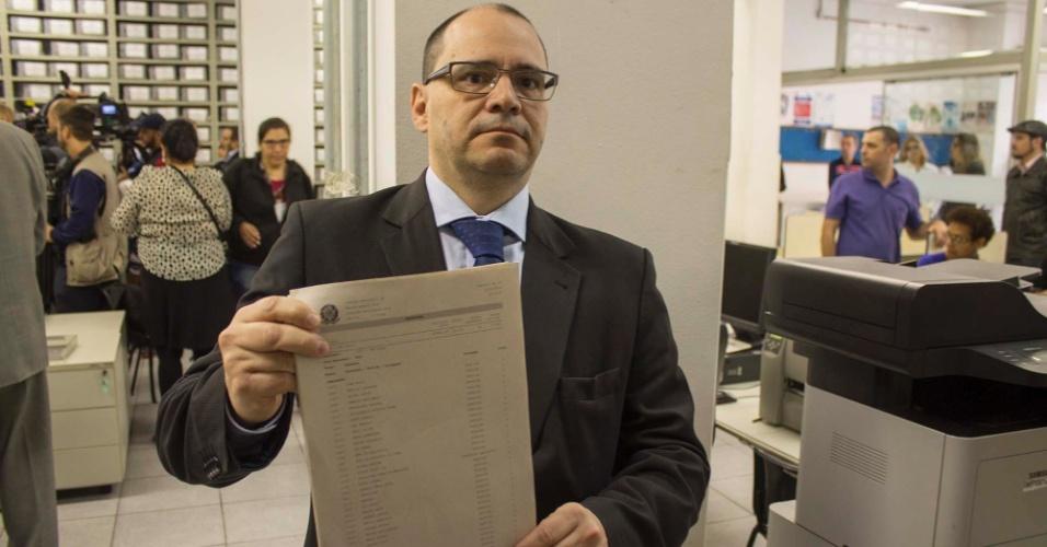 1º.out.2016 - Sidney da Silva Braga, juiz do cartório da 1ª Zona Eleitoral de São Paulo, na região central da cidade, emite relatório que atesta não existir voto para nenhum candidato antes do início da votação