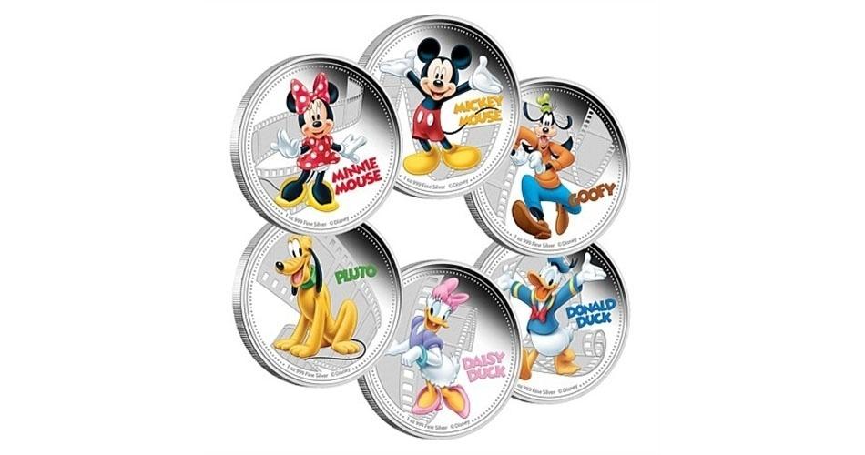 Moedas de 2 dólares de Niue, ilha do Pacífico que é um território associado da Nova Zelândia, estampadas com personagens Mickey, Pateta, Donald, Margarida, pluto e Minnie; a edição faz parte de uma série especial com a evolução do personagem mais famoso da Disney