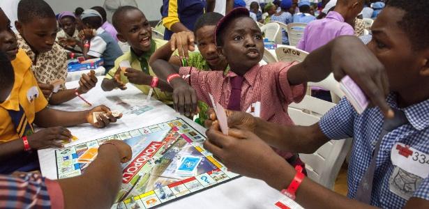Ibrahim Mubarak (de gravata e boné) gesticula nos minutos finais do Campeonato de Monopoly Sub-17 em Lagos, Nigéria