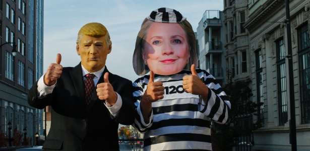 Simpatizantes de Donald Trump se caracterizam como o candidato republicano e Hillary Clinton com roupa de presidiária, em Allentown, Pensilvânia