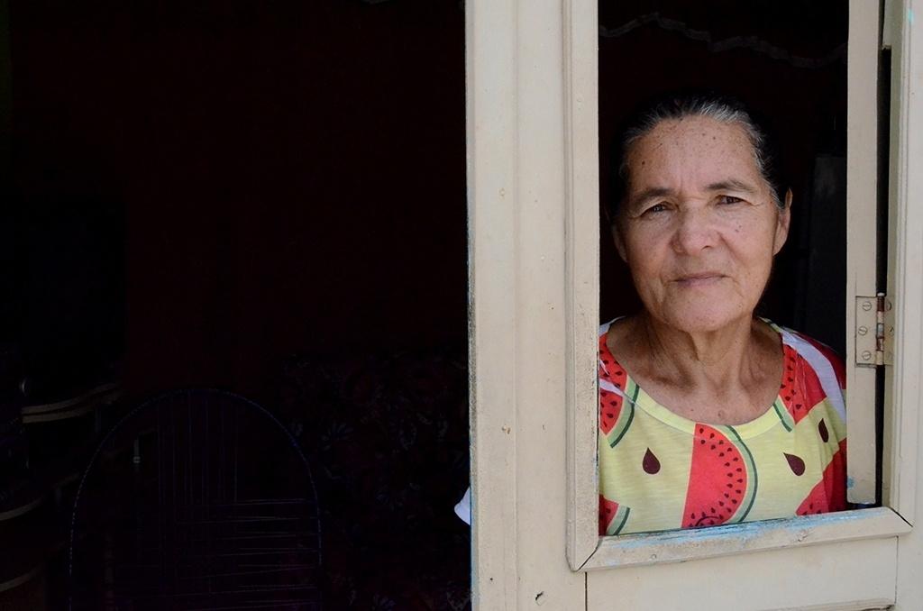 19.dez.2016 - A aposentada Maria Quitéria da Silva, 65, conta outro problema para armazenar a pouca água de Ventosa (PE). Segundo ela, como a água fica em baldes sem tampa, beneficia a reprodução do mosquito Aedes Aegypti.