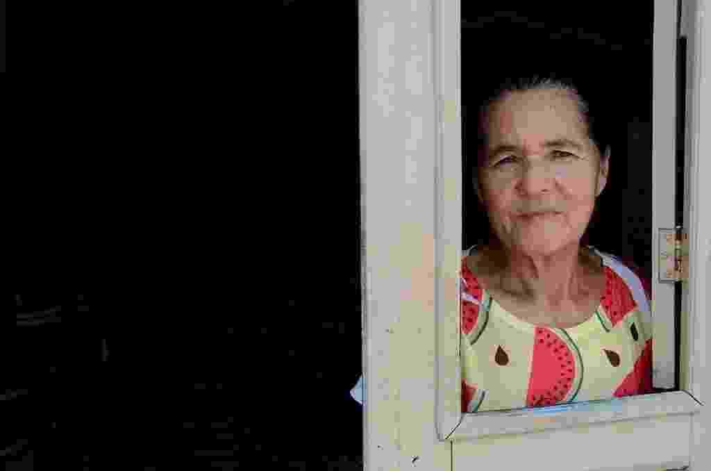 """19.dez.2016 - A aposentada Maria Quitéria da Silva, 65, conta outro problema para armazenar a pouca água de Ventosa (PE). Segundo ela, como a água fica em baldes sem tampa, beneficia a reprodução do mosquito Aedes Aegypti. """"Já tive doenças, a última essa tal de chikungunya. É um sofrimento enorme, tenho muitas dores. Essa água suja que causa tanta doença na cidade"""", afirmou - Beto Macário/ UOL"""