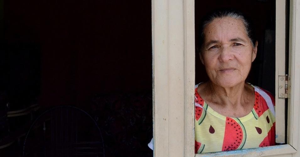 """19.dez.2016 - A aposentada Maria Quitéria da Silva, 65, conta outro problema para armazenar a pouca água de Ventosa (PE). Segundo ela, como a água fica em baldes sem tampa, beneficia a reprodução do mosquito Aedes Aegypti. """"Já tive doenças, a última essa tal de chikungunya. É um sofrimento enorme, tenho muitas dores. Essa água suja que causa tanta doença na cidade"""", afirmou"""