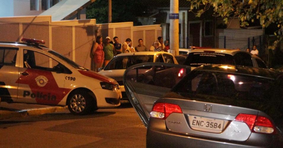 1.jan.2017 - Movimentação na madrugada do domingo em frente à casa em que ocorreu chacina em Campinas; o autor do crime é o técnico de laboratório Sidnei Ramis de Araujo, 46, que matou na ex-mulher e o filho de 8 anos.