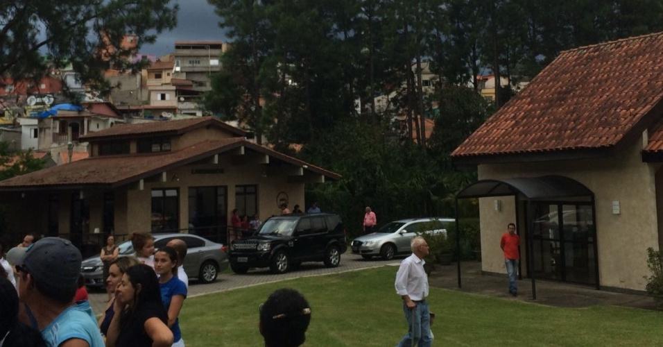 4.fev.2017 -- Movimentação em frente ao cemitério Jardim da Colina, em São Bernardo do Campo (SP), onde foi cremado o corpo da ex-primeira-dama Marisa Letícia