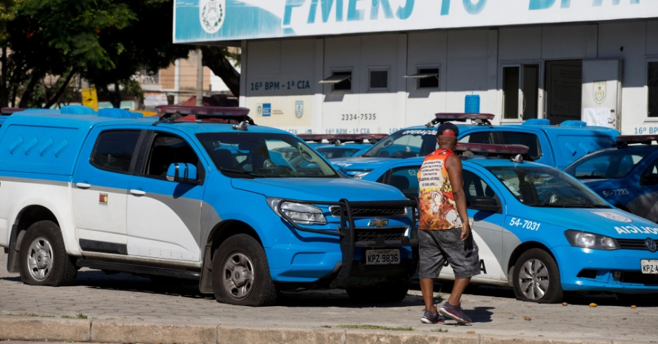 13.fev.2017 - Pneus de carros da Polícia Militar amanhecem esvaziados na frente do 16º Batalhão (Penha), na zona norte do Rio de Janeiro. Este é o quarto dia de protestos de familiares de PMs no Estado