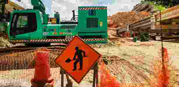 9.fev.2015 - Poucos funcionários trabalham no trecho norte do Rodoanel, obra do consórcio Mendes Júnior-Isolux Corsan, que está investigado na Operação Lava Jato - Eduardo Knapp/Folhapress