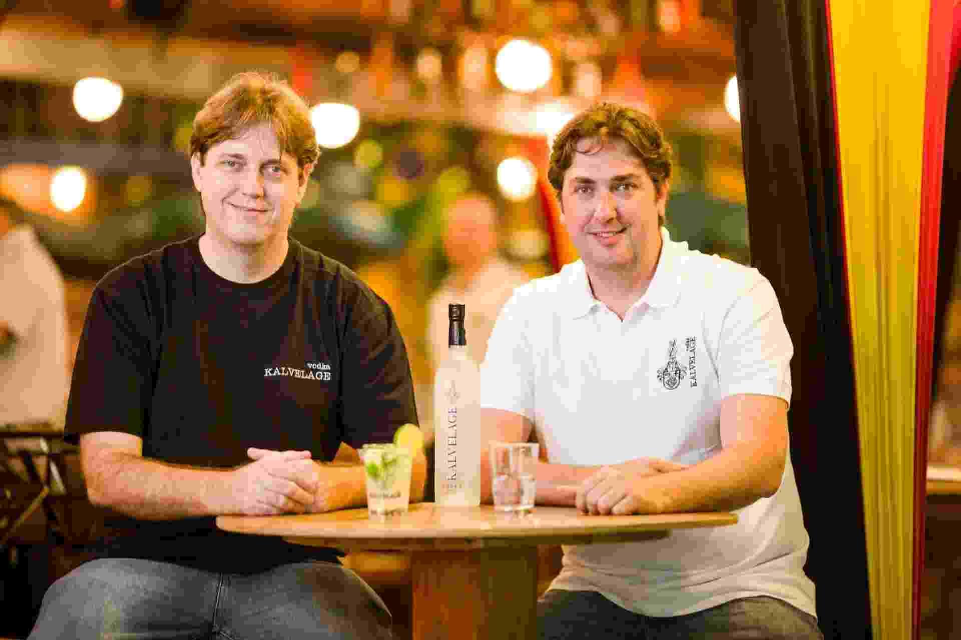 Os irmãos Marcos Kalvelage e Maurício Kalvelage investiram numa destilaria em SC e lançaram uma vodca premium batizada com seu sobrenome - Daniel Zimmermann/Divulgação