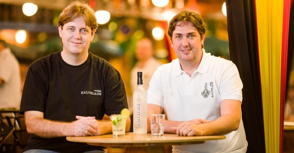 Os irmãos Marcos Kalvelage e Maurício Kalvelage investiram numa destilaria em SC e lançaram uma vodca premium batizada com seu sobrenome