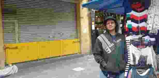 """José Nildo, 49, vende roupas na calçada da rua 25 de março. """"O povo tem que ir para as ruas mesmo e parar tudo"""" - Mirthyani Bezerra/UOL - Mirthyani Bezerra/UOL"""