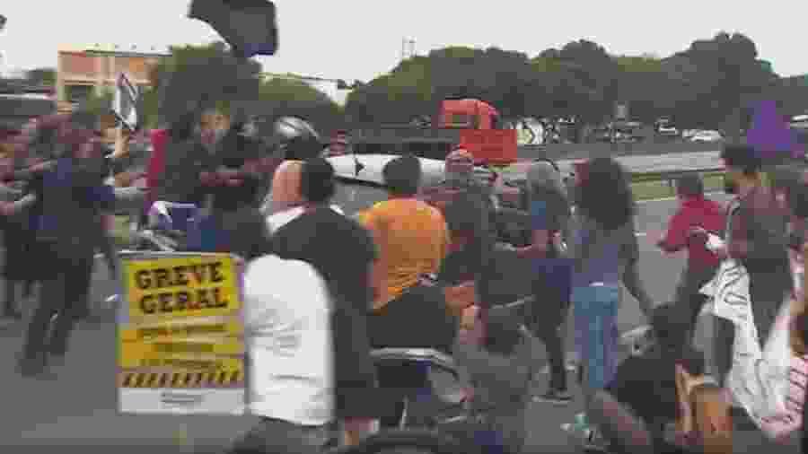 Momento em que motorista avanço com carro sobre manifestantes - Reprodução/TV Vanguarda