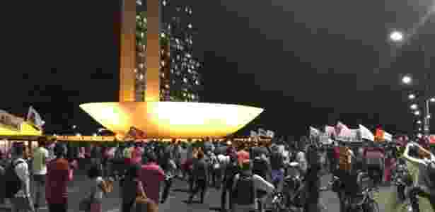 18.mai.2017 - Manifestantes chegam à região do Congresso em ato em Brasília (DF) contra o presidente Michel Temer (PMDB). Ato pede a renúncia e convocação de eleições diretas - Jéssica Nascimento/UOL - Jéssica Nascimento/UOL