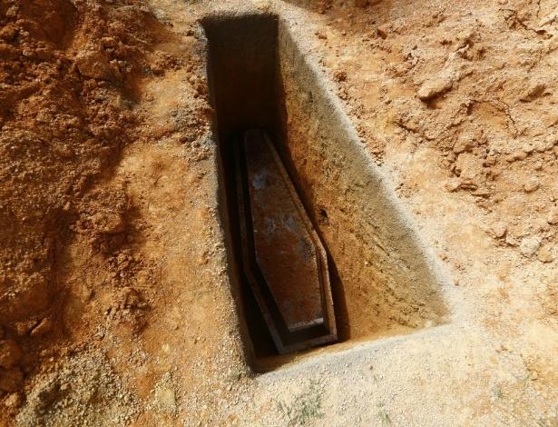 Enterro de vítima de massacre comove familiares, que denunciaram ação da polícia