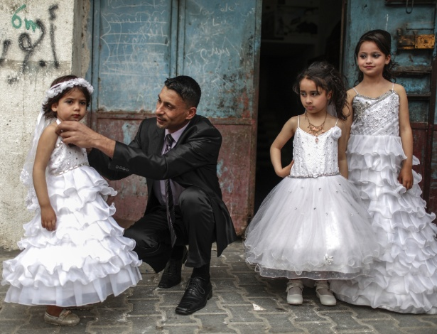 Rami Shatali, com suas três filhas durante o seu casamento em Maghazi, em Gaza