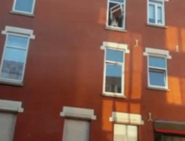 Mulher joga um móvel da janela do apartamento de seu namorado após romper a relação