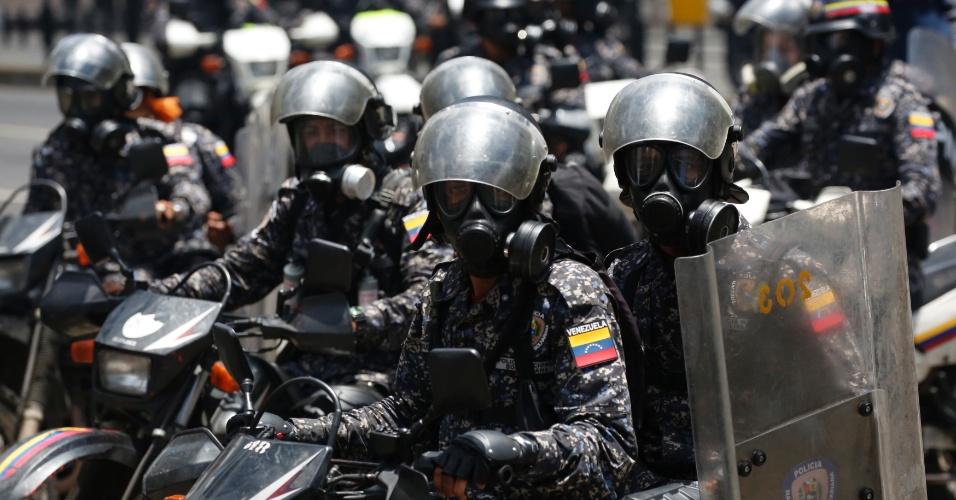 30.jul.2017 - Policiais fazem patrulha durante eleições da Constituinte