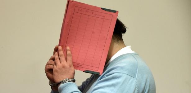 9.dez.2014 - Em imagem de arquivo, o ex-enfermeiro Niels Hoge cobre o rosto ao chegar no tribunal em Oldenburg, Alemanha - Fabian Bimmer/ Reuters