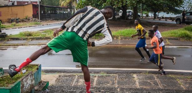 Jalloh faz alongamento perto de Aberdeen, em Freetown, Serra Leoa