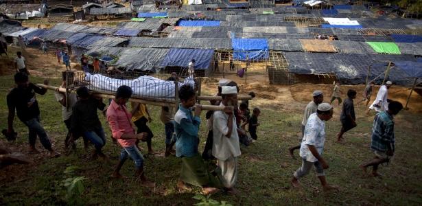 Refugiados muçulmanos rohingyas carregam corpo de homem de 68 anos, segundo sua família o homem foi morto pelo exército de Mianmar