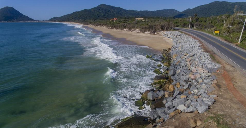23.nov.2017 - Estragos das ressacas e obras para restauração da praia do Caldeirão, ao sul de Florianópolis