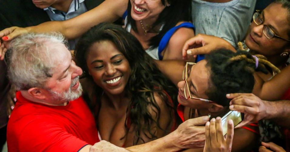 Ex-presidente Lula cumprimenta militantes no Sindicato dos Metalúrgicos do ABC enquanto acompanha julgamento no TRF4, em Porto Alegre