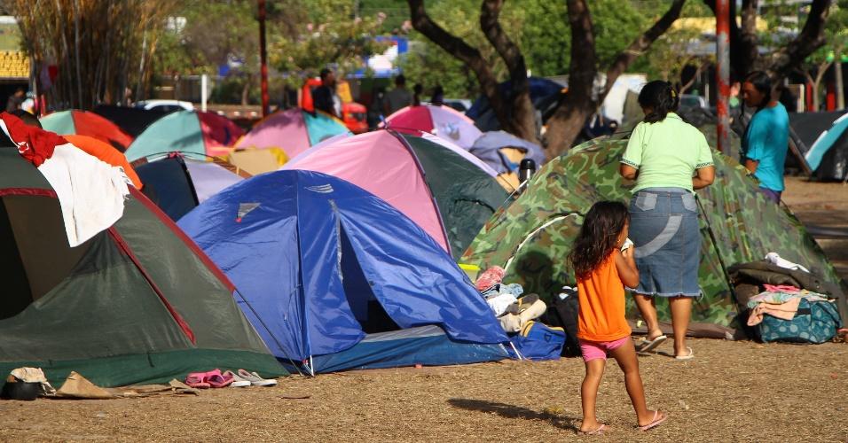 Acampamento improvisado de venezuelanos na praça Simón Bolívar, em Boa Vista