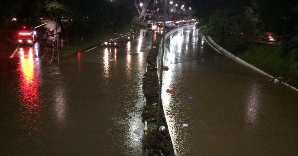 20.mar.2018 - Alagamento interdita a avenida 23 de Maio, na altura do viaduto General Marcondes Salgado, na região do Parque do Ibiraquera (SP), após forte temporal