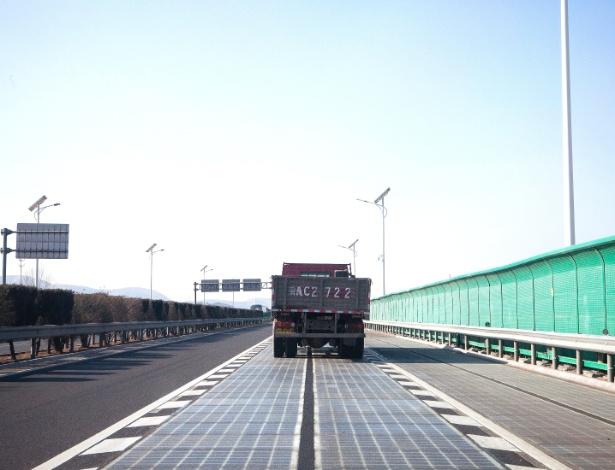 Caminhão passa por estrada solar em Jinan, na China