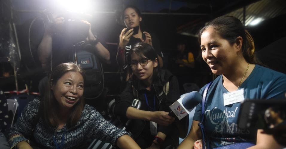 Familiares celebram a notícia de que meninos foram encontrados com vida no complexo de cavernas da Tailândia