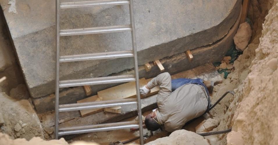 19.jul.2018 - Arqueólogos trabalham na abertura de um sarcófago encontrado em Alexandria, no Egito