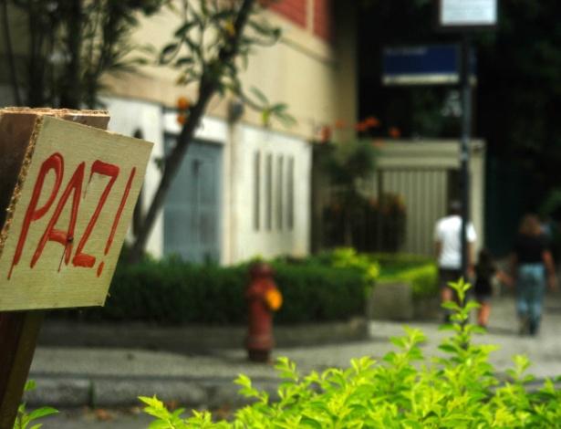 Placa coloca na rua Sacopã em abril deste ano pede paz - Alessandro Buzas/Futura Press/Folhapress