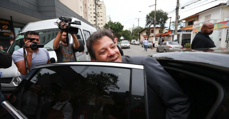 10.out.2018 - O candidato do PT à Presidência da República, Fernando Haddad, deixa o Hotel Slaviero, na zona sul de São Paulo, após dar entrevista coletiva para a imprensa internacional na quarta-feira (10)
