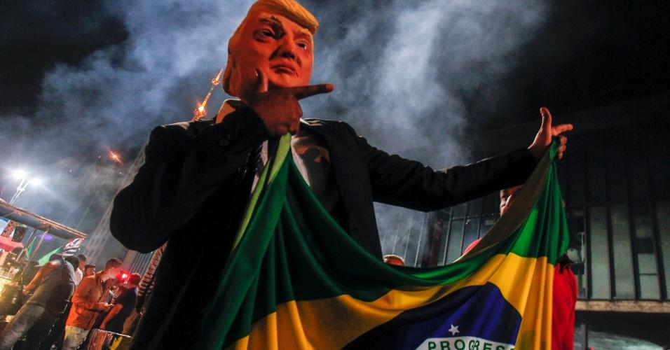 28.out.2018 - Eleitor de Bolsonaro celebram resultado das urnas em São Paulo, fantasiado de Donald Trump, o presidente dos Estados Unidos