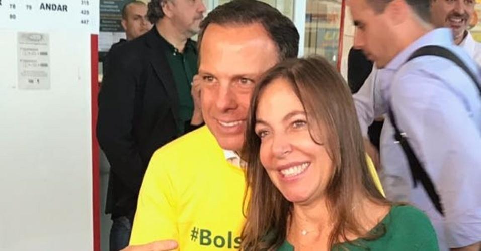 28.out.2018 - O candidato ao governo de São Paulo João Doria (PSDB) posa ao lado da senadora eleita Mara Gabrilli (PSDB-SP)