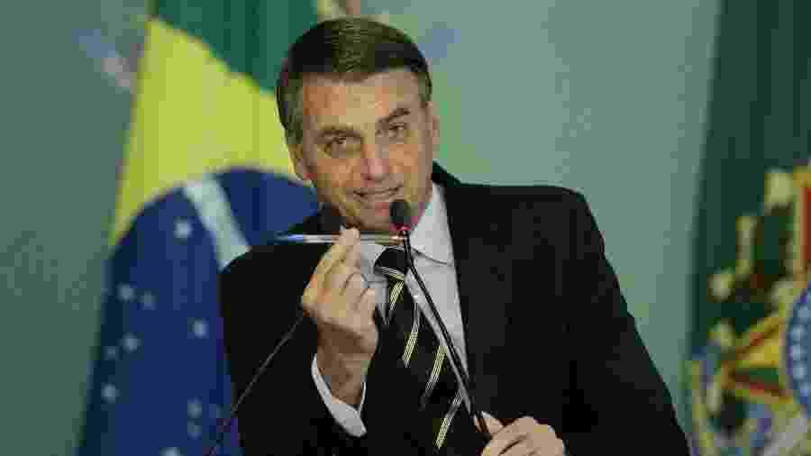 15.jan.2019 - O presidente Jair Bolsonaro assina decreto que modifica a regulamentação para posse de arma de fogo no brasil. - Pedro Ladeira/Folhapress